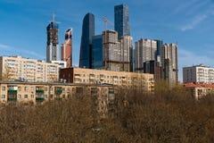 Vista sul gruppo di grattacieli moderni e di vecchie costruzioni di secolo scorso nella priorità alta Fotografia Stock