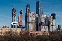 Vista sul gruppo di grattacieli moderni e di vecchie costruzioni di secolo scorso nella priorità alta Fotografie Stock