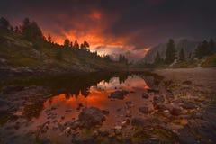 Vista sul lago adorabile della montagna al tramonto ardente Fotografia Stock
