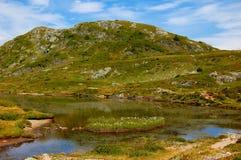 Vista sul lago Fourchu nelle alpi francesi Immagini Stock