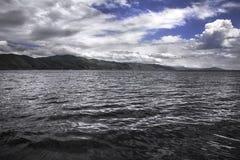 Vista sul lago mountain immagine stock