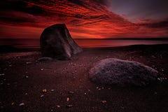 Vista sul mare ad alba con i ricchi nella formazione della nuvola di colore rosso Immagine Stock