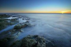 Vista sul mare al tramonto Fotografie Stock Libere da Diritti