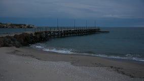 Vista sul mare alla costa di Mar Nero vicino al villaggio di Ravda, Bulgaria Tramonto blu di ora archivi video