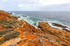 Vista sul mare approssimativa rocciosa selvaggia del litorale Immagini Stock Libere da Diritti