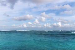 Vista sul mare azzurrata dell'oceano fotografia stock libera da diritti