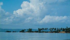 Vista sul mare, baia che trabocca al cielo blu Immagine Stock