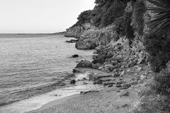 Vista sul mare in bianco e nero dall'isola di Alonnisos fotografia stock libera da diritti