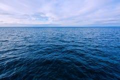 Vista sul mare blu il giorno di inverno Immagine Stock Libera da Diritti