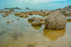 Vista sul mare calma con i grandi massi fotografia stock