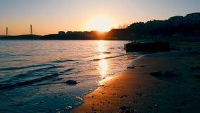 Vista sul mare che trascura la linea costiera al fondo di tramonto video d archivio