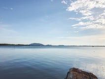 Vista sul mare con cielo blu fotografie stock libere da diritti