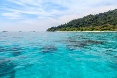 Vista sul mare con cielo blu e la montagna Fotografia Stock