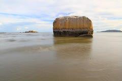 Vista sul mare con esposizione lunga sulle rocce fuoco del solf Fotografia Stock