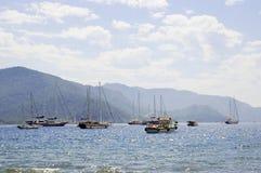 Vista sul mare con gli yacht e le navi dalla porta Fotografia Stock Libera da Diritti