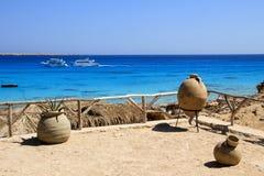 Vista sul mare con gli yacht e le terraglie sulla costa Fotografia Stock Libera da Diritti