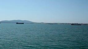 Vista sul mare con i battelli da diporto Bulgaria stock footage
