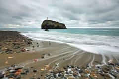 Vista sul mare con i ciottoli di colore sulla spiaggia Fotografia Stock Libera da Diritti
