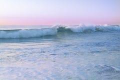 Vista sul mare con i colori pastelli durante l'alba Fotografie Stock