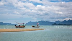 Vista sul mare con i pescherecci tradizionali, Tailandia Fotografia Stock Libera da Diritti