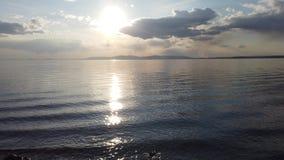 Vista sul mare con il mare calmo dello specchio che riflette il cielo video d archivio