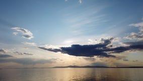 Vista sul mare con il mare calmo dello specchio che riflette il cielo stock footage