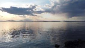 Vista sul mare con il mare calmo dello specchio che riflette il cielo archivi video