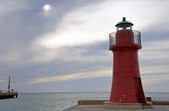 Vista sul mare con il faro rosso Fotografia Stock Libera da Diritti