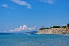 Vista sul mare con il faro sulla collina Fotografie Stock Libere da Diritti