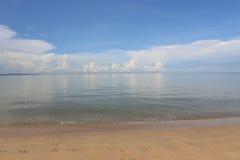 Vista sul mare con il mare piano Immagini Stock Libere da Diritti
