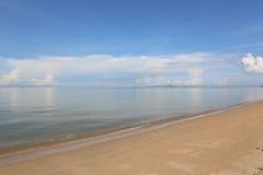 Vista sul mare con il mare piano Fotografie Stock