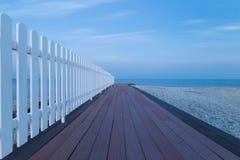 Vista sul mare con il molo di legno al crepuscolo immagini stock libere da diritti