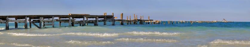 Vista sul mare con il passaggio pedonale di legno Fotografia Stock