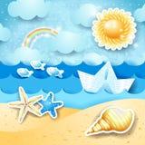Vista sul mare con il sole, le conchiglie e la barca di carta Fotografie Stock Libere da Diritti