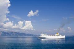 Vista sul mare con il traghetto Fotografia Stock Libera da Diritti