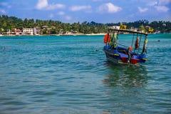 Vista sul mare con l'imbarcazione a motore, Ceylon, unawatuna Immagini Stock Libere da Diritti