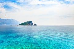 Vista sul mare con l'isola deserta nei cieli blu Fotografia Stock Libera da Diritti