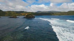 Vista sul mare con l'isola, le rocce e le onde tropicali Catanduanes, Filippine archivi video