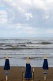 Vista sul mare con l'ombrello chiuso Immagine Stock Libera da Diritti