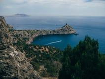 Vista sul mare con la baia ed il capo in Crimea Immagine Stock