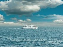 Vista sul mare con la barca Fotografia Stock