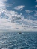 Vista sul mare con la barca Fotografie Stock