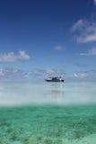 Vista sul mare con la barca ed i pesci Immagini Stock Libere da Diritti