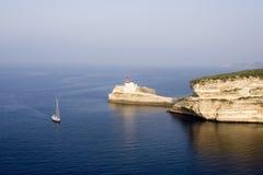 Vista sul mare con la barca a vela fotografia stock libera da diritti