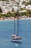 Vista sul mare con la barca a vela ancorata fuori dalla spiaggia Fotografia Stock Libera da Diritti