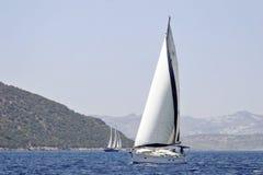 Vista sul mare con la barca a vela e il gulet Fotografia Stock