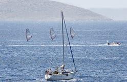 Vista sul mare con la barca a vela ed i surfisti Fotografia Stock