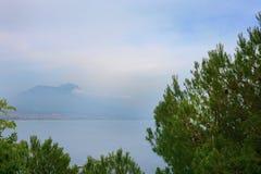 Vista sul mare con la città di Alanya nella priorità alta Immagini Stock