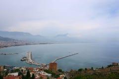 Vista sul mare con la città di Alanya nella priorità alta Fotografia Stock Libera da Diritti