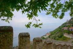 Vista sul mare con la città di Alanya nella priorità alta Immagine Stock Libera da Diritti